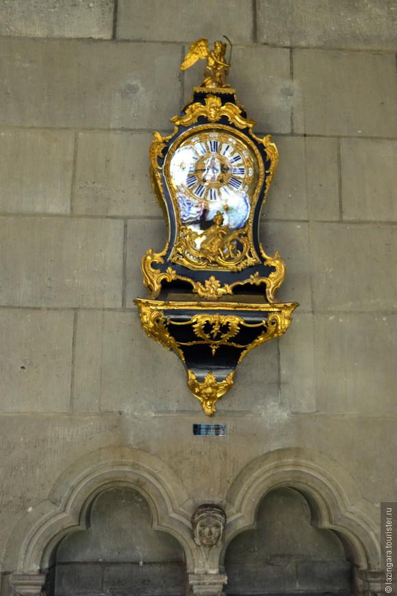 Старинные часы в сокровищнице собора. За многие годы накопились ценные вещи и подарки, используемые в религиозных церемониях - облачения епископов, чаши, ценные рукописи и коллекции из 268 камеи, а также гвоздь и кусок креста, на котором был распят Иисус.