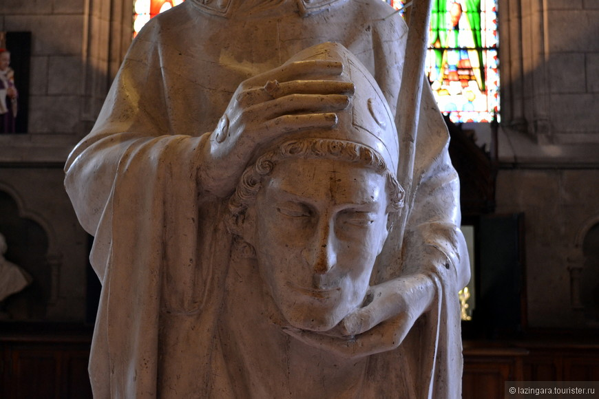 В Париже первый раз увидела вот такие статуи святых мучеников, держащих в руках свои головы. В соборе Нотр-Дам их даже несколько.