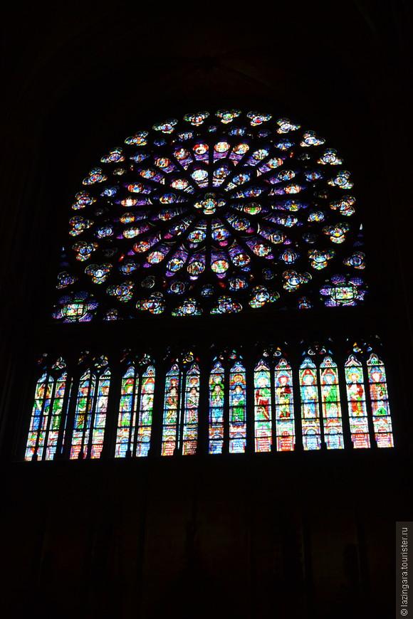 Две боковые розы на северном и южном фасадах собора в обоих трансептах — по 13 метров в диаметре (самые большие в Европе). Южная розетка (XIII в.) частично сохранилась в первозданном виде.