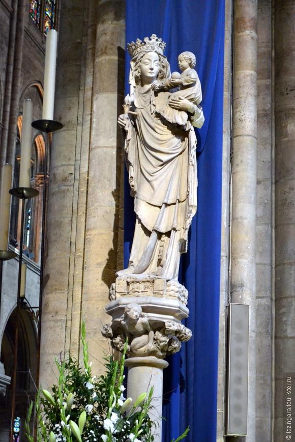 Богоматерь с младенцем. Эту статую, привезенную в XIV в. из часовни Сент-Эньян, называют Парижской Богоматерью.