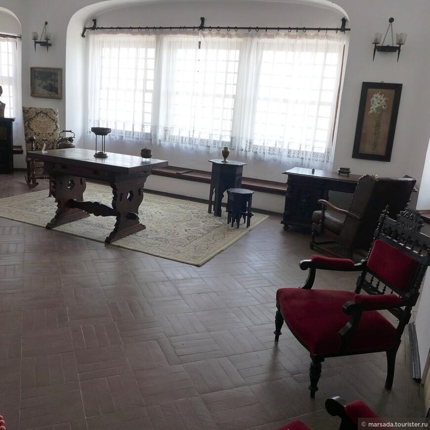Во дворце есть большой зал, где королева могла собрать всех придворных дам и слуг вместе. В нем замечательная акустика.