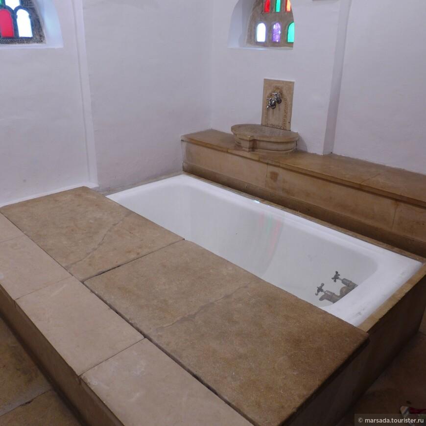 А вот ванна - по тем временам просто роскошная! Она больше похожая на турецкую баню.