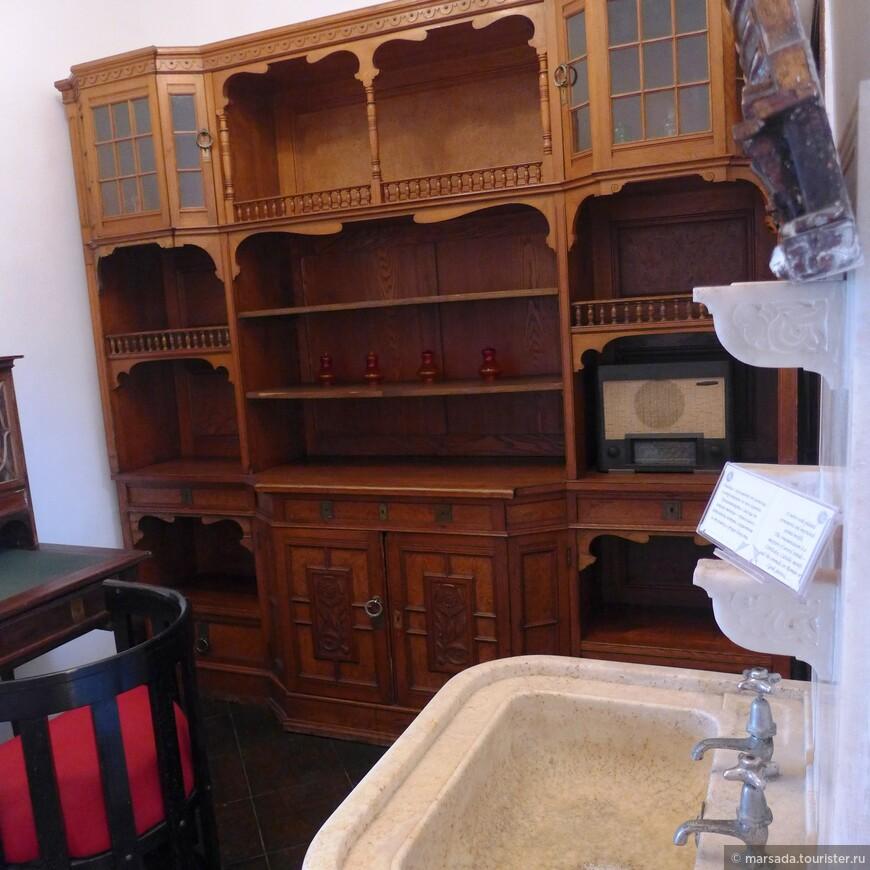 Во дворце сохранились оригинальные железные и деревянные двери, печи, старинный плательный шкаф Ее Величества, зеркала, Константинопольские часы и многое другое.