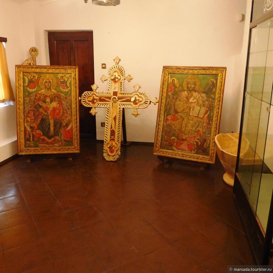 Возле спальни - небольшое помещение, там экспонируются оригинальные иконы, подаренные королеве кипрскими монахами для придворной часовни.