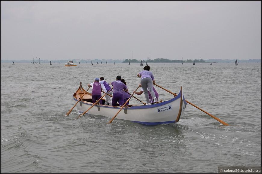 """В лагуне часто  можно увидеть тренировки гребцов на всевозможных   лодках  .Здесь это не только спорт, но и жизненно  необходимый  навык. В городе популярен """"Клуб гребли""""."""