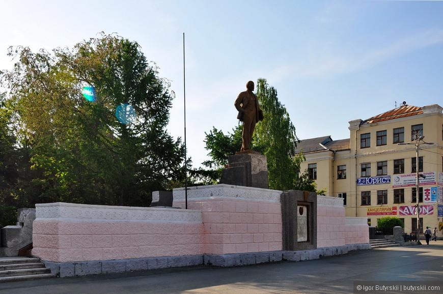 02. Классическая площадь с постаментом и Лениным, никаких изменений.