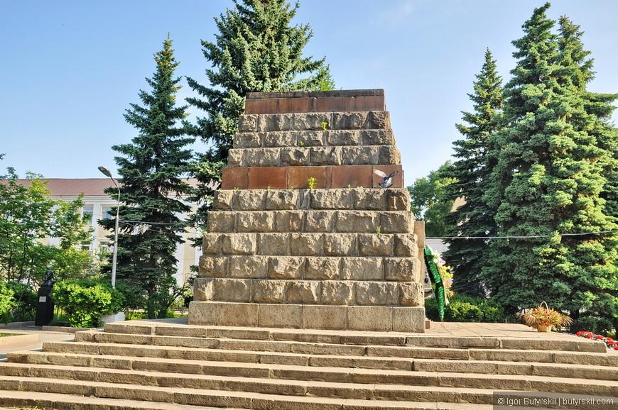 06. Постамент-мемориал посвященный революции.