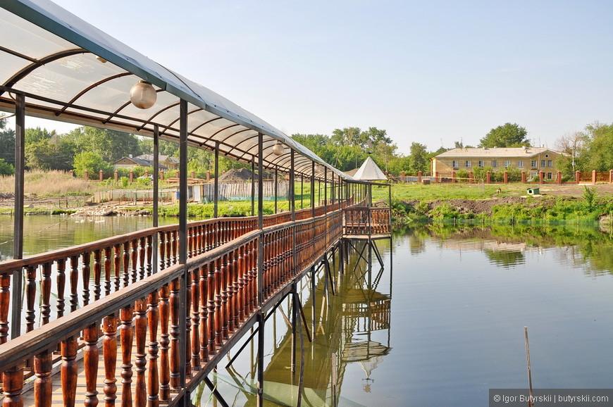 18. А вот и «фишка». Затопленный пруд (или просто карьер), на котором построили чудесный мостик. Настоятели церкви большие молодцы.