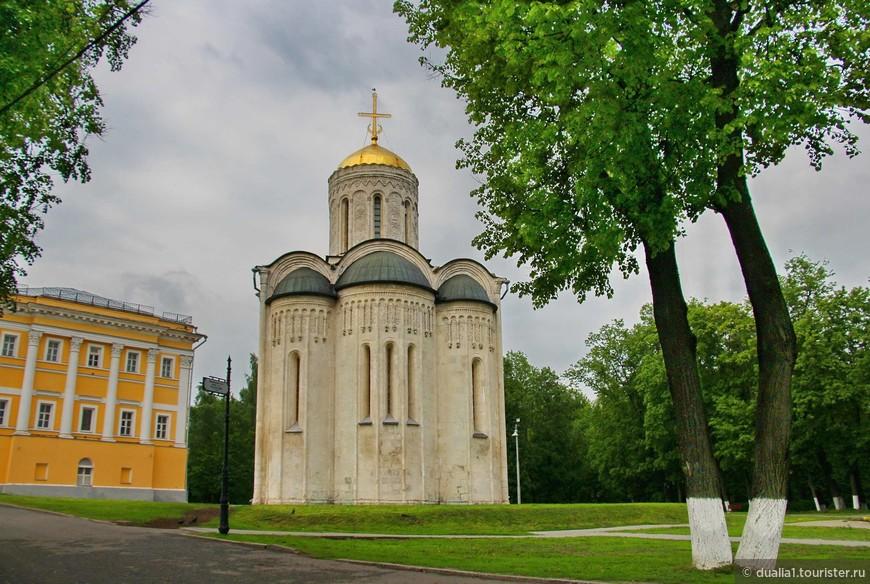 Изящный Дмитриевский был возведен на рубеже XII и XIII веков