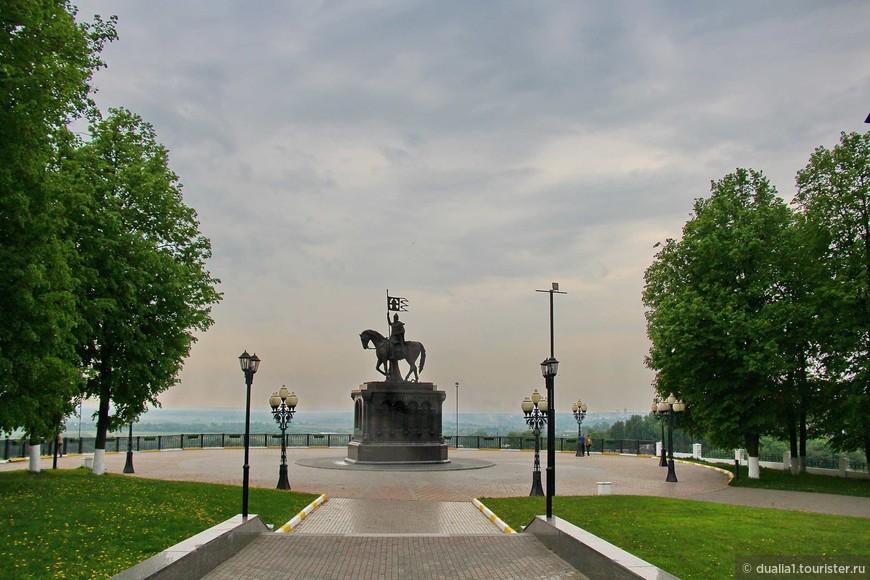 Памятник стал очень удачным завершением центральной аллеи парка имени Пушкина.