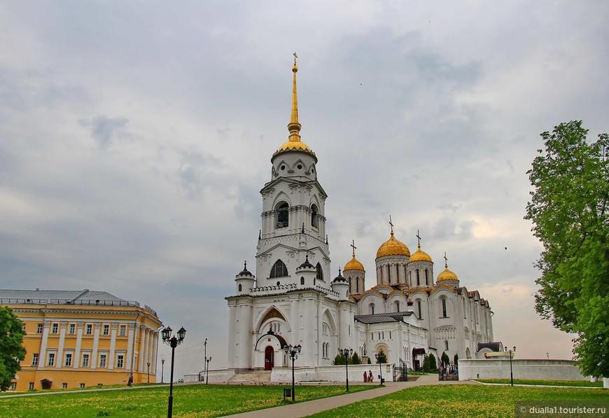 Соборная площадь — исторически сложившийся центр Владимира. Здесь, на высоком холме над речкой Клязьмой, возвышается Успенский собор.