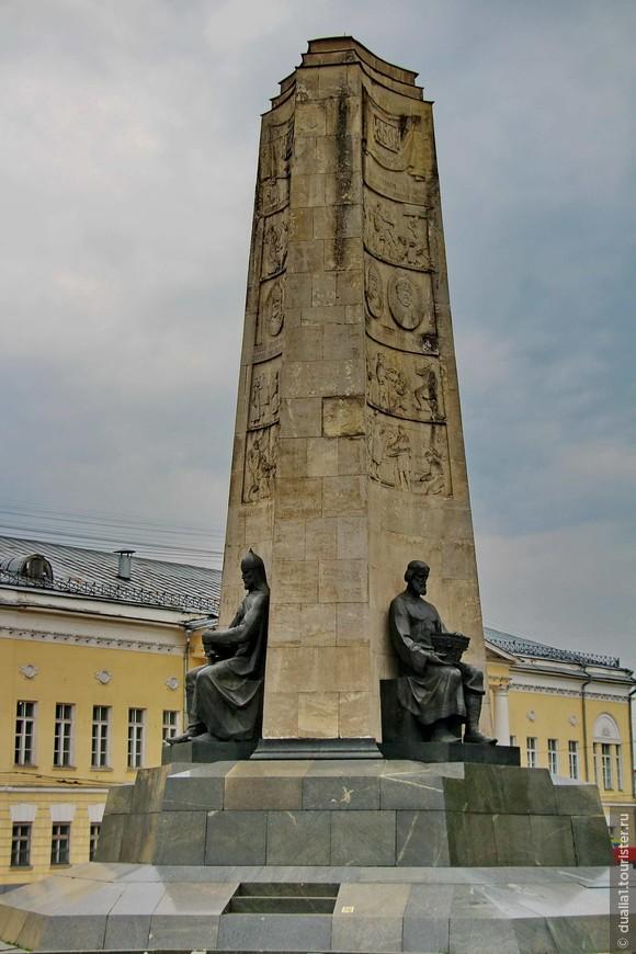 В центре Соборной площади — монумент в честь 850-летия Владимира