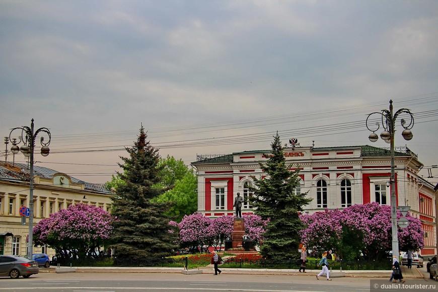 Здание Госбанка построено в 1896 г. в псевдоклассическом стиле для Владимирского отделения банка. Перед зданием банка, в небольшом цветущем сквере - памятник В. И. Ленину.  Первоначально на этом месте стоял памятник императору Александру II.