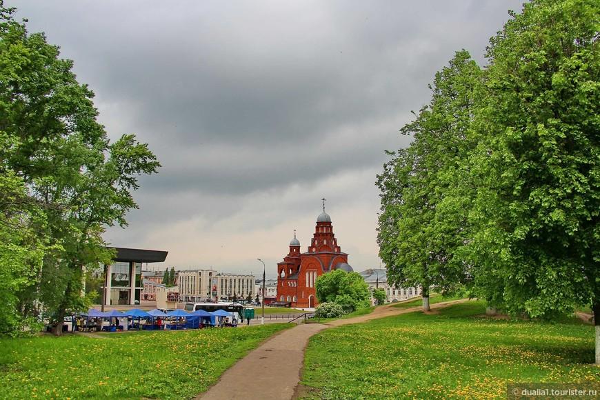 Театральная - еще одна  площадь Владимира, на которой расположено сразу несколько достопримечательностей. Слева - Владимирский академический областной драматический театр, основанный в1848 г., в центре – здание Старообрядческой Троицкой церкви.