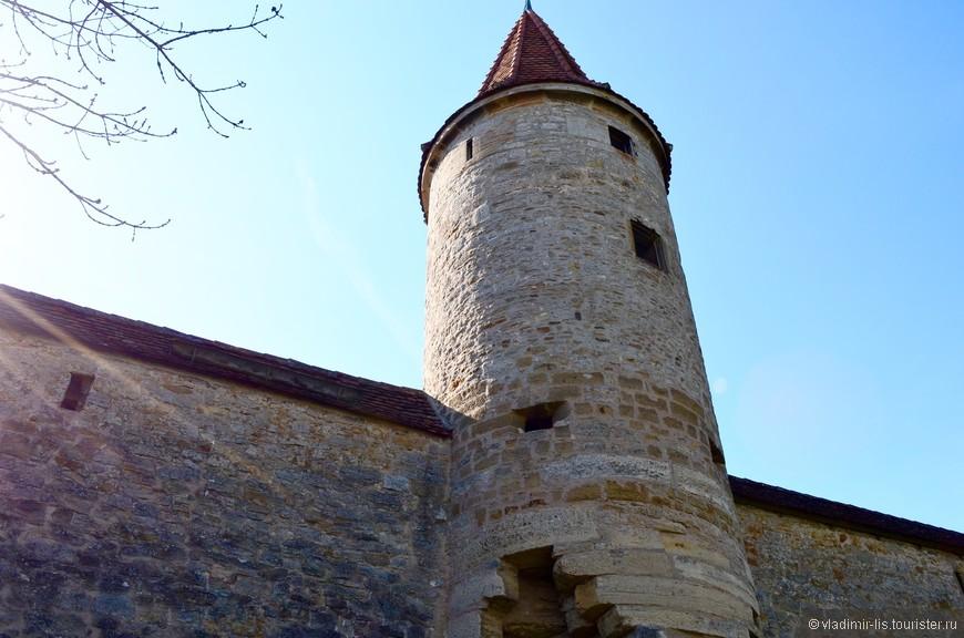 Старый город окружен крепостной стеной со смотровыми башнями. Пересекая одни из ворот стены, попадаешь в XVII век. Единственное напоминание о современной цивилизации это припаркованные авто и приличное количество туристов.