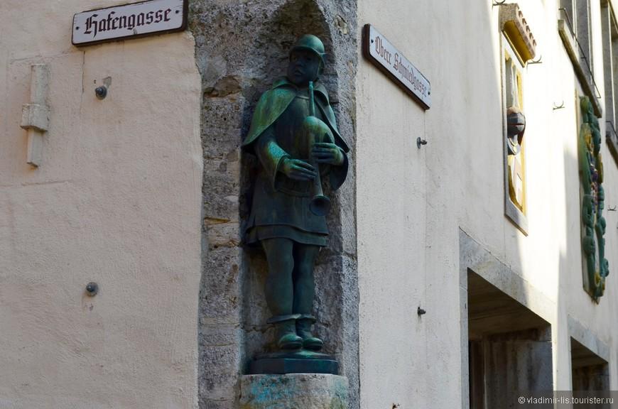 На многих фасадах можно обнаружить скульптуры со своей историей