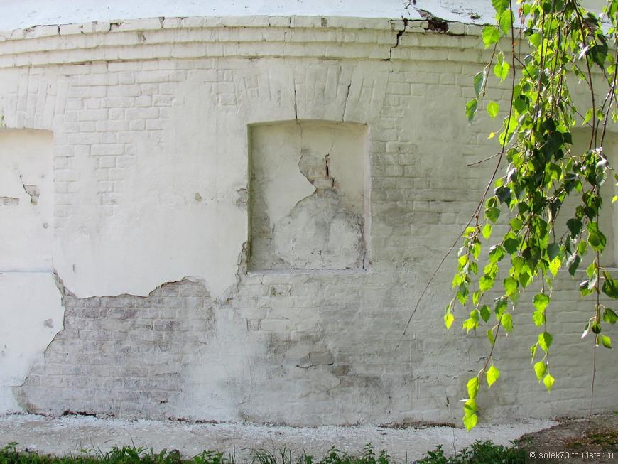 Стены монастыря пропитаны историей..