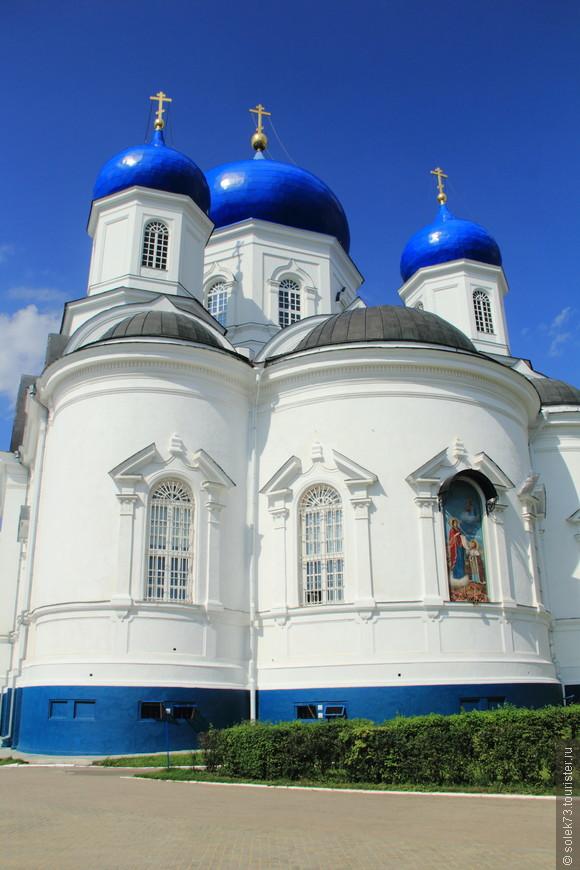 Собор Рождества Пресвятой Богородицы был центром дворцового ансамбля. Прекрасно смотрится в дневное время на солнце