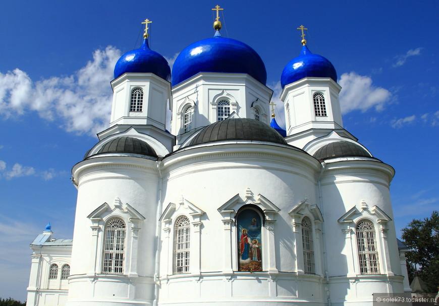 Этот монастырь основал Андрей Боголюбский в 1158 г. на реке Клязьме (по другим данным, в 1155 г.). Как рассказывает предание, когда он переносил чудотворную икону Божией Матери из Киева, кони остановились в этом месте, никакими силами не смогли заставить их продолжать путь. Пришлось ночевать здесь. ночью молившемуся в походном шатре князю явилась Богоматерь, велела везти икону во Владимир, а на месте своего явления построить обитель. С этого дня Владимирская икона стала главной святыней и символом православной Руси, а Владимиро-Суздальская земля — центром Русского государства.