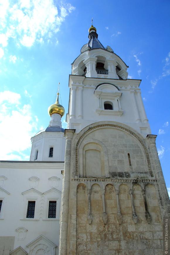 На территории женского монастыря находятся палаты Андрея Боголюбского, часть которых отреставрирована, а часть сохранилась с 12 века!