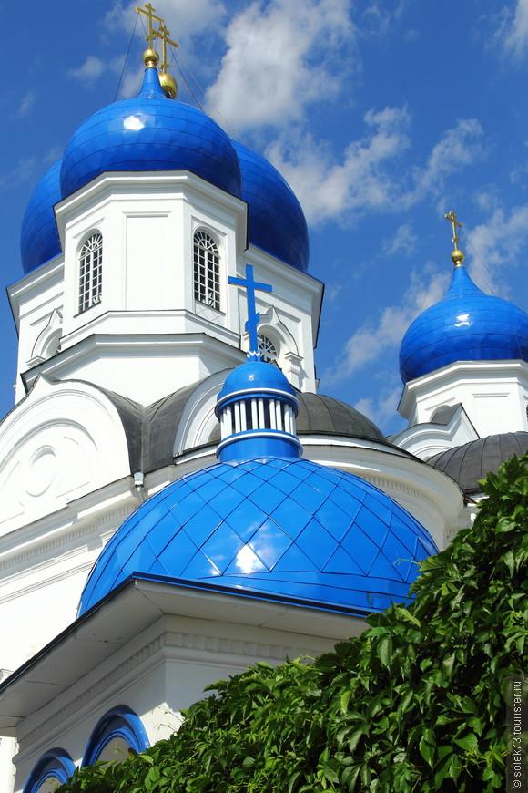 Необыкновенное сочетание ярко голубого неба и  такого же цвета куполов монастыря.