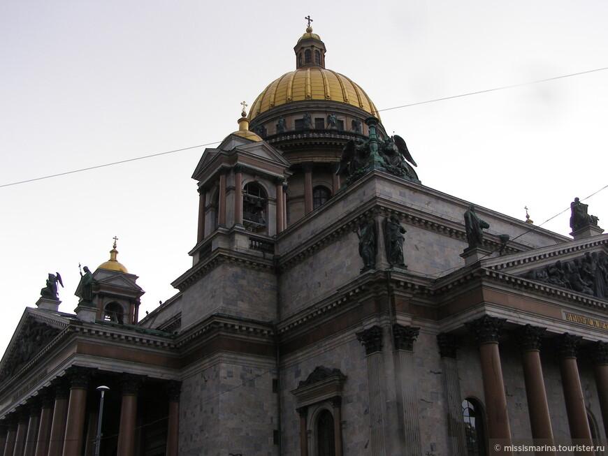 На Исаакиевской площади находится Исаакиевский собор-крупнейший православный собор Санкт-Петербурга, музей мирового значения.