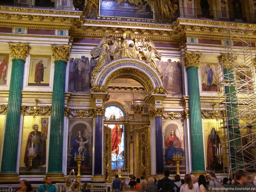 Внутреннее убранство Исаакиевского собора поражает исключительной красочностью, разнообразием отделочного материала.