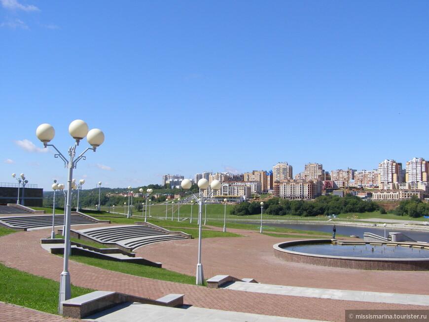 Красивейшая  Волжская набережная  со стороны , где находится здание Правительства республики