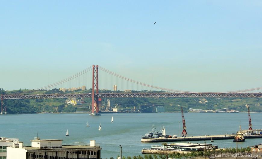 """Вид с обзорной площадки в саду Alto de Santa Catarina на реку Тежу, порт и мост """"25 апреля""""."""