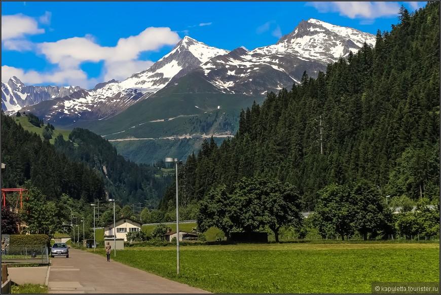 Близость к перевалу Сен-Готард  сделали эту деревушку популярной среди  туристов, в основном немецких. В эту зону отдыха часто приезжают отдыхать швейцарцы с севера страны, а они немецкоговорящие,  поэтому трудно отдифференцировать  - немцы это или швейцарцы.