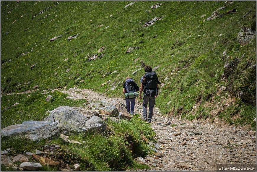 Самый  популярный маршрут - от озера Ритом до деревни Каданьо, 3-х часовой путь мимо соснового леса, горных озер и рек и самого большого горного луга Швейцарии.