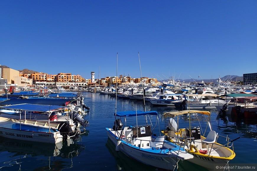 На синей-синей воде подремывали разноцветные лодки, нежась на щедром солнце, которой бывает таким обжигающим и таким радостным...