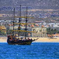 Или отправиться на самом настоящем пиратском корабле за сокровищами...