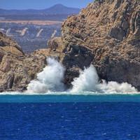 И океан в бессильной ярости набрасывался на скалы, чтобы в который раз уползти назад, прося прощения за свою несдержанность...
