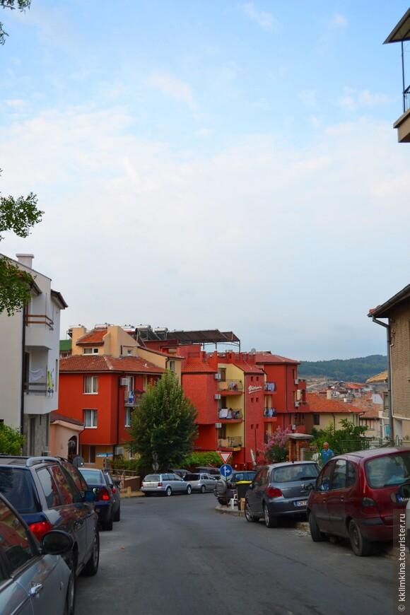 Город Созополь очень древний – ему более трех тысяч лет. Из-за своеобразной архитектуры, он совсем не подходит под «курортный болгарский» стандарт.