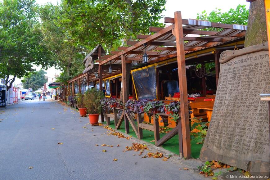 Дорога параллельно пляжу с кафе и магазинами.