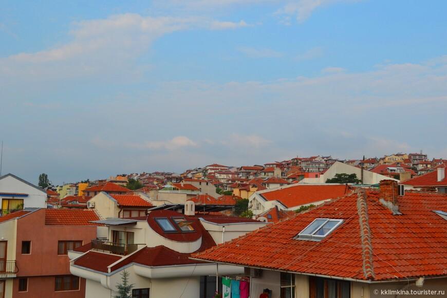 Вид из нашего окна на черепичные крыши.
