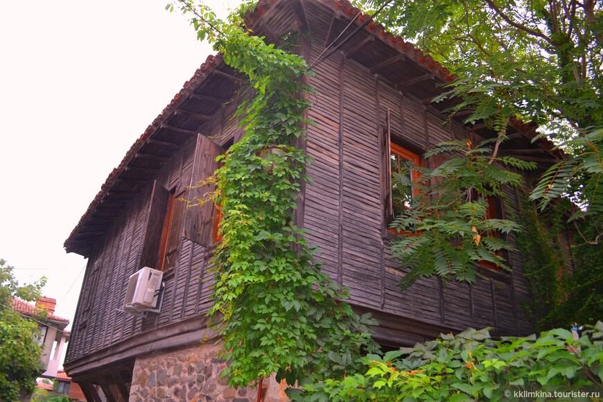 Дома в Болгарии до сих пор стоят в таком стиле. Первый этаж - кирпич, второй - дерево.