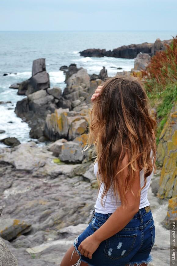 Люблю смотреть на море, когда погода пасмурная.