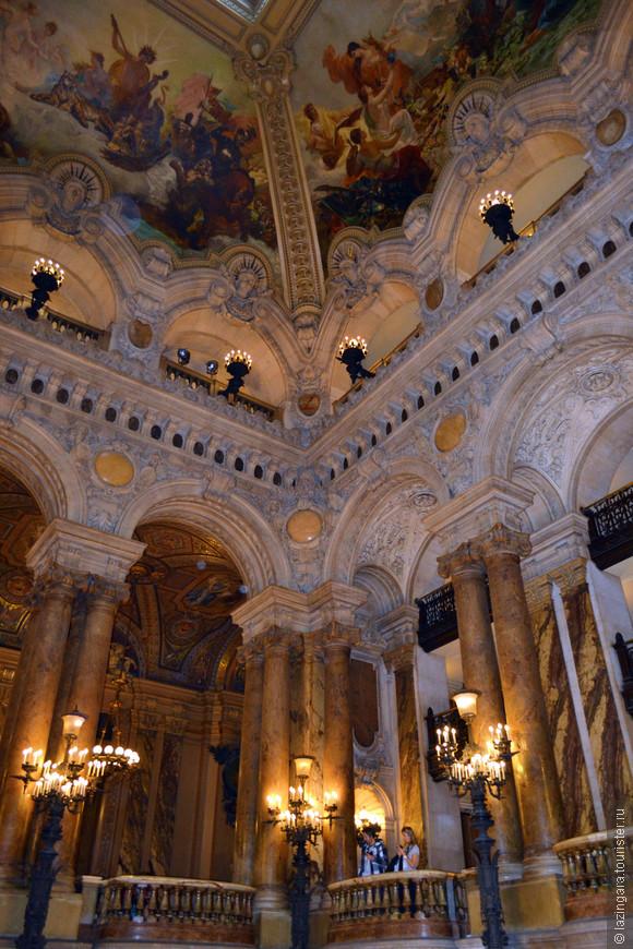 На четырёх частях расписанного потолка изображены различные музыкальные аллегории.