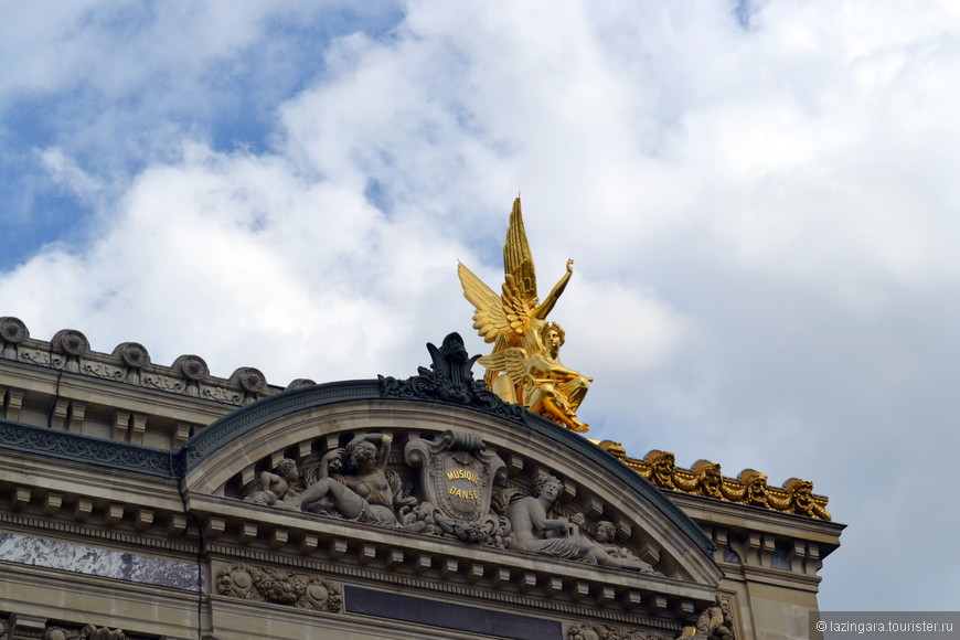 Здание венчает аттик, на котором возвышаются две массивные скульптурные группы, символизирующие Поэзию и Гармонию