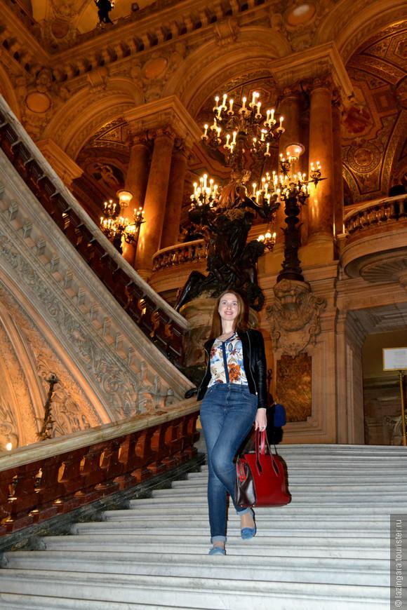 Парадная лестница это тоже своего рода театр, та сцена, где во времена кринолинов дефилировала избранная публика.