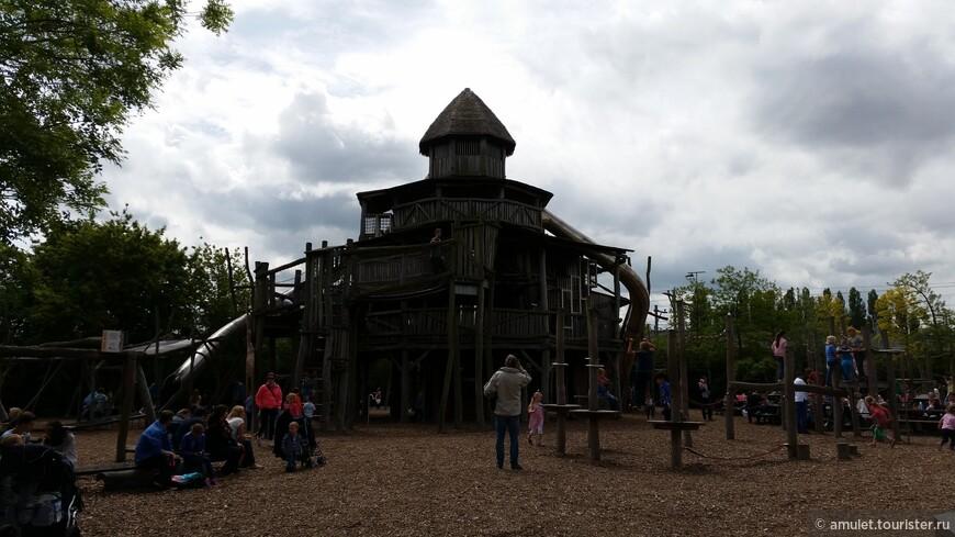 на территории зоопарка есть детская площадка, где детишки могут поиграть, а родители заодно перекусить в ближайшем кафе
