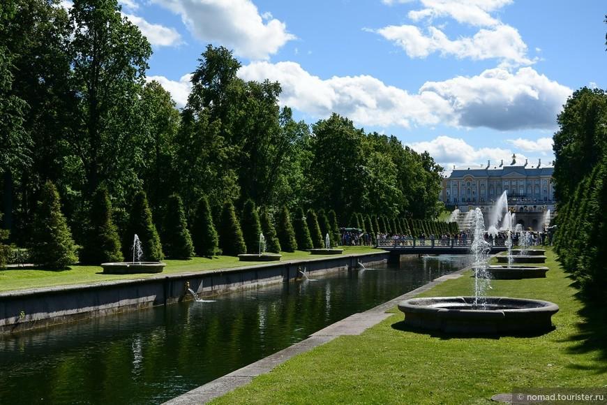 Морской канал, ведущий к Большому дворцу и Большому каскаду украшают 22 фонтана