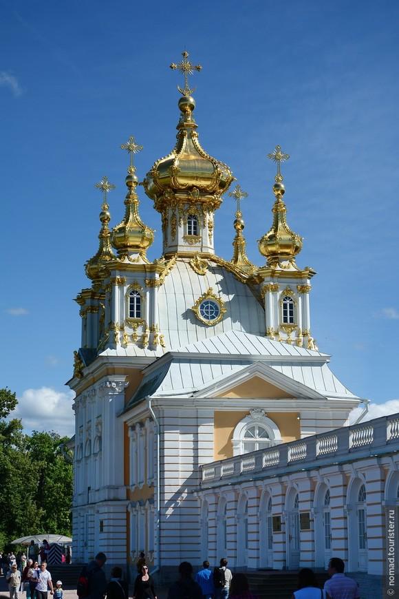 Церковный корпус Большого дворца в Петергофе был возведен в 1745 году по проекту Растрелли. Храм был освящен в 1751 году. Внутреннее убранство храма было великолепным. Шестиярусный иконостас был украшен витыми колоннами, императорской короной и вензелем императрицы Елизаветы Петровны. Настенная резьба была покрыта сусальным золотом, стены, потолок и купол были разрисованы картинами религиозной тематики. В годы Великой Отечественной войны Церковный корпус был полностью разрушен. В 1950-х годах были воссозданы фасады храма, а исторические пять куполов были восстановлены в 2003 году.