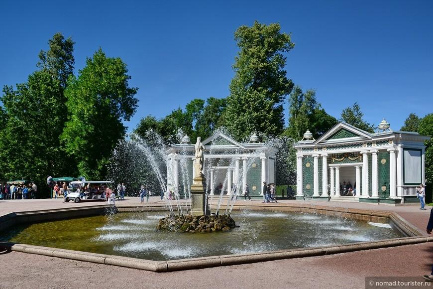 """Фонтан """"Ева"""" является парным фонтаном к фонтану """"Адам"""", расположенному дальше по аллее. Это самые старые фонтаны Петергофа, Ева заработала в 1726 году."""