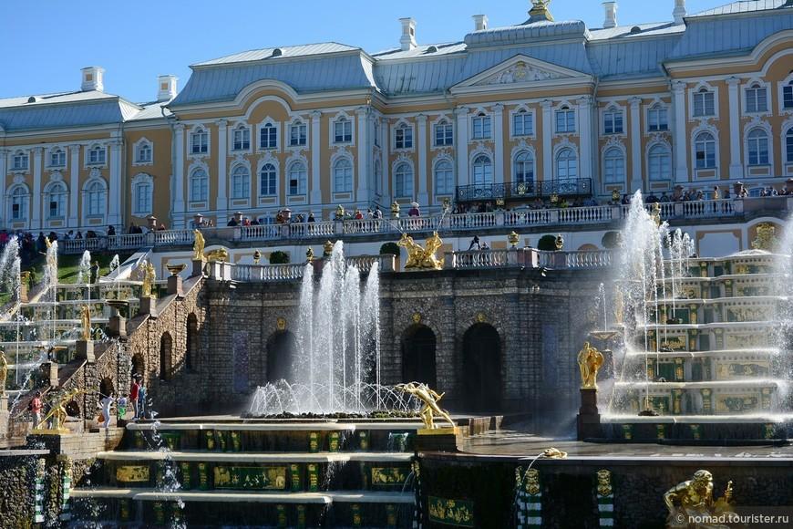 Центральную часть Большого Каскада занимает фонтан Корзина.