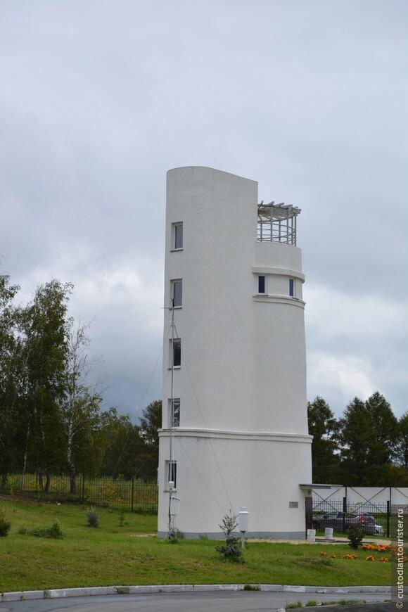 Башня Фуко, в ней находится маятник Фуко, используется для демонстрации суточного вращения Земли.