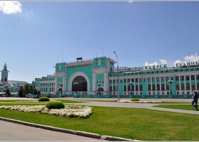 Утром мой поезд прибыл на железнодорожный вокзал. В Новосибирске красивый вокзал, он хорош как снаружи, так и внутри. Введен в эксплуатацию в январе 1939 года. Особенно порадовала чистая, без сомнительных личностей и разномастных ларьков площадь. Торговля идет, но все как-то аккуратно. Транспорт в стороне, поэтому не портит вид площади.