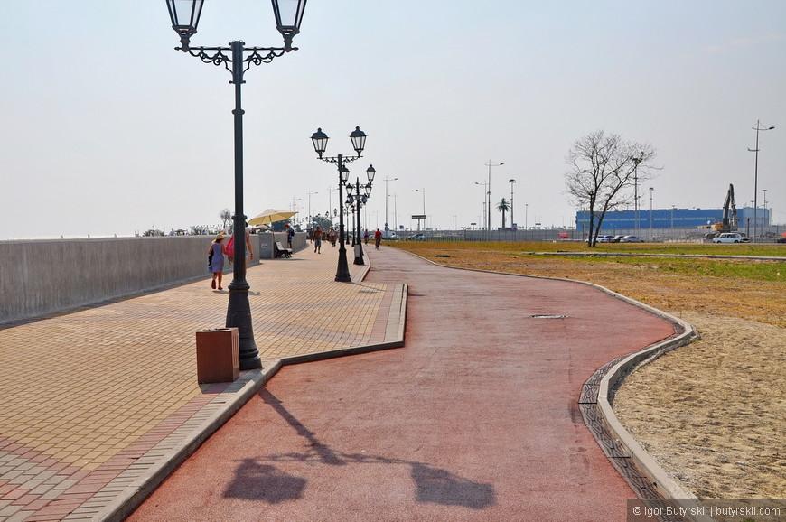 02. По всей длине набережной сделана велосипедная дорожка, но так как Сочи кавказский регион – даже дорожка с серпантином.